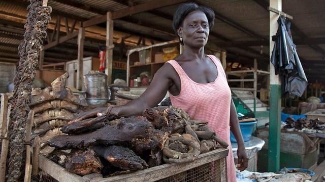 Frau an einem Marktstand mit Wildfleisch