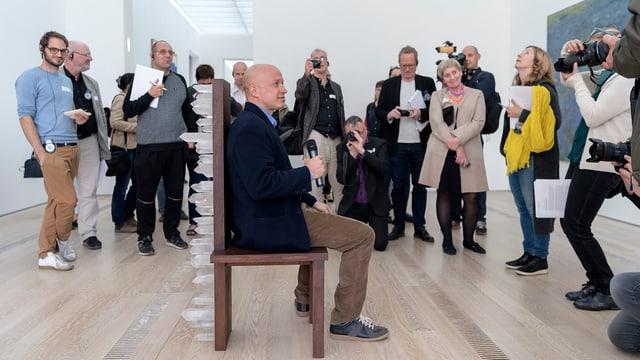 Sam Keller, Direktor der Fondation Beyeler, sitzt auf einem Kunstobjekt.