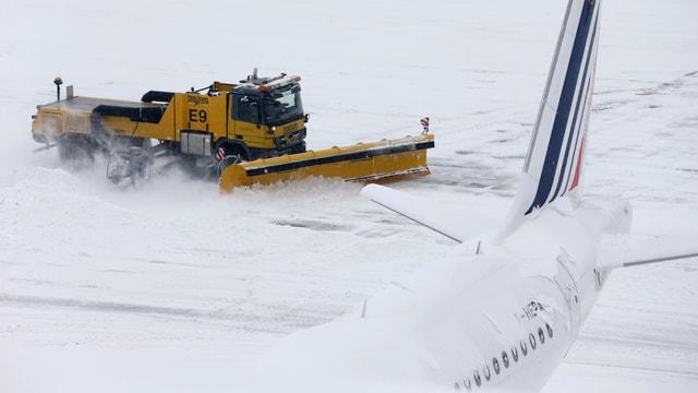 Schneepflug plügt Flughafenpiste