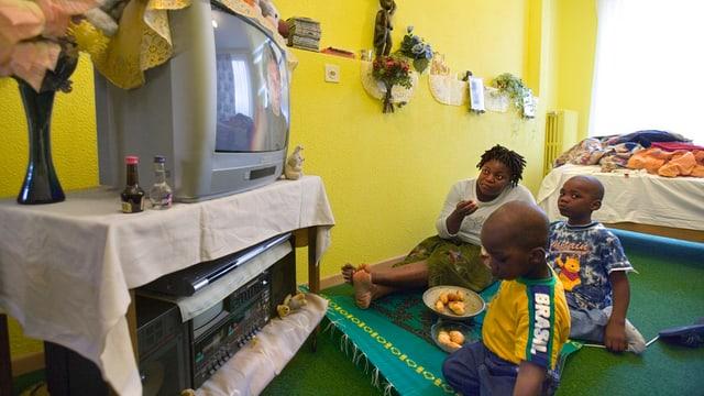 Asylsuchende schauen TV