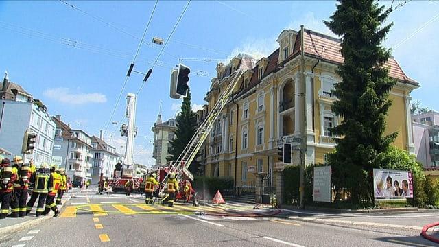 Die Fuererwehr löscht den Wohnhausbrand im Luzerner Maihofquartier.