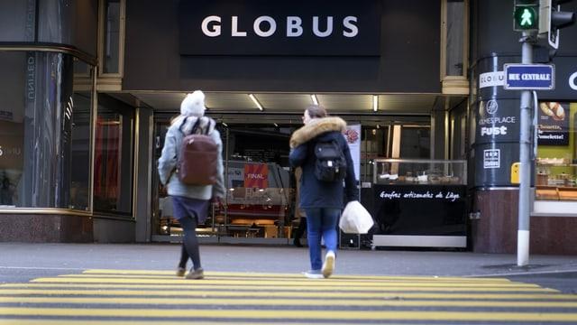 Globus Filiale mit Passanten davor.
