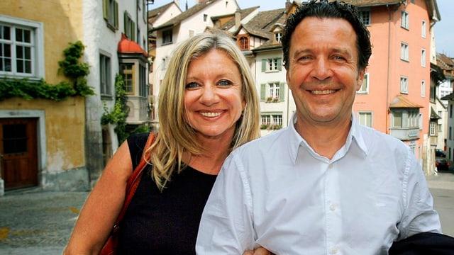 Bea Petri und ihr Ehemann Thomas Feurer lächeln in die Kamera.