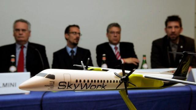 Pressekonferenz, Skywork-Flugzeug im Vordergrund