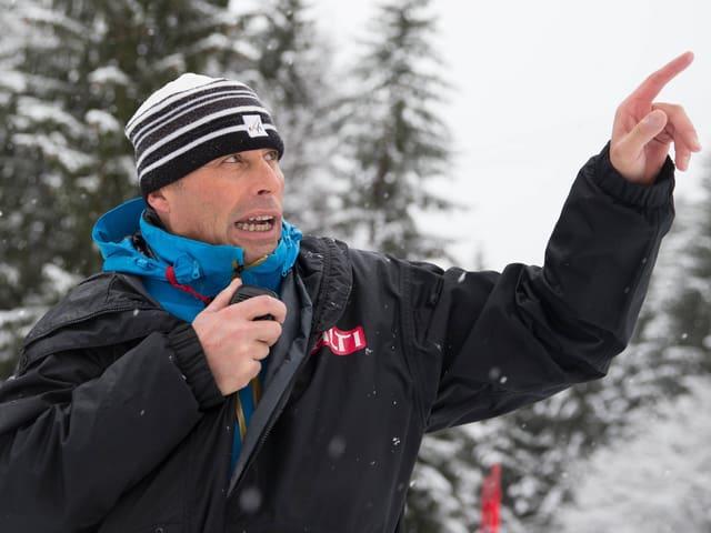 Renndirektor Markus Waldner gibt Anweisungen.