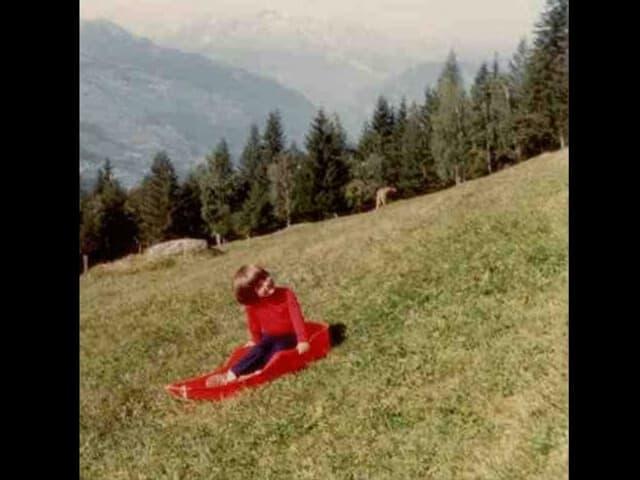 Riccarda im Bob auf dem Gras.