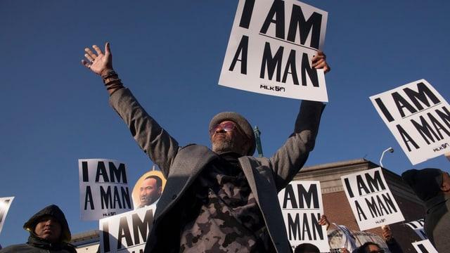 Schwarze demonstrieren mit Plakaten, auf denen «I am a Man» steht.