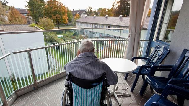 Alte Frau auf Balkon