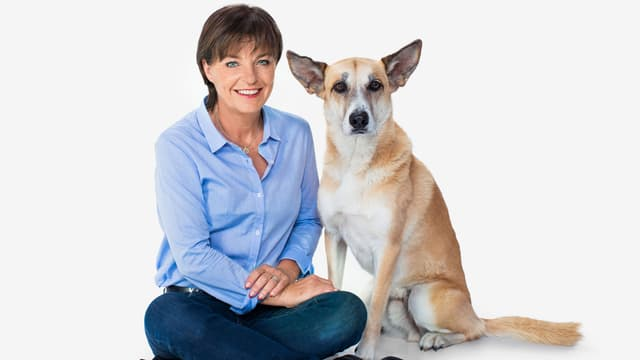 Monika Fasnacht sitzt mit Hund Filou.