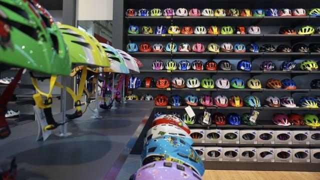 Regale voller bunter Fahrradhelme