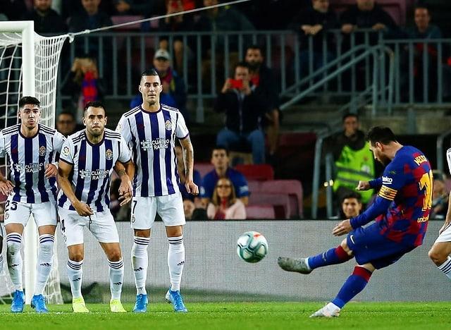 Lionel Messi überwindet die Valladolider Mauer.
