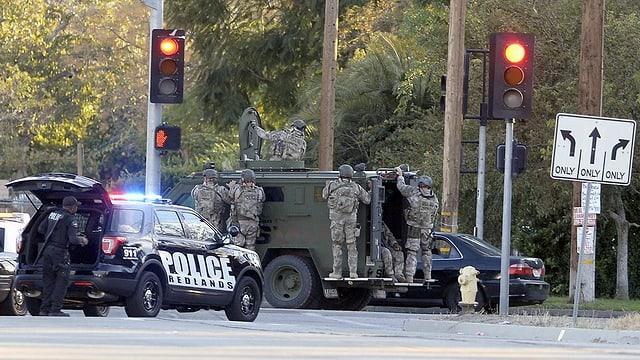 Polizia a San Bernardino en la California.