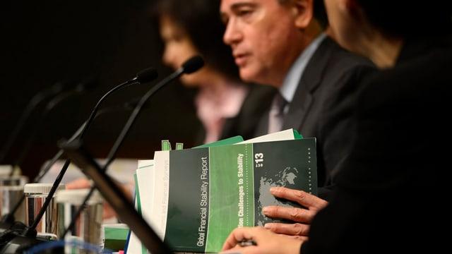 Mitglieder des Internationalen Währungsfonds diskutieren über Probleme.