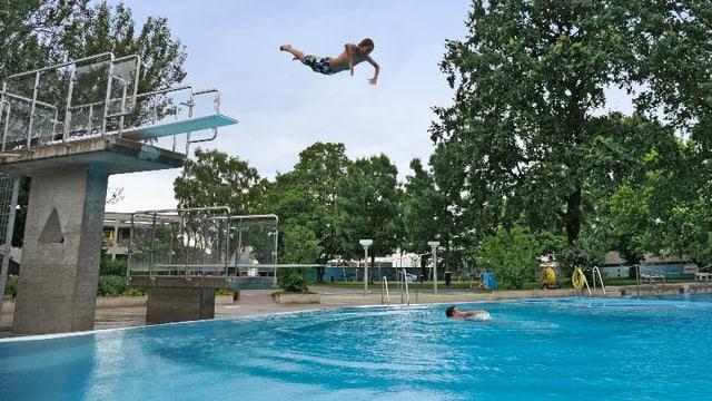 Jugendlicher springt ins Wasser