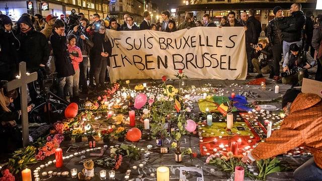 Menschen in Brüssel gedenken der Opfer der Terroranschläge.