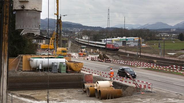 Baustelle neben Strasse und Schiene