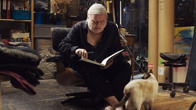 Der Künstler Hansruedi Giger mit Katze.