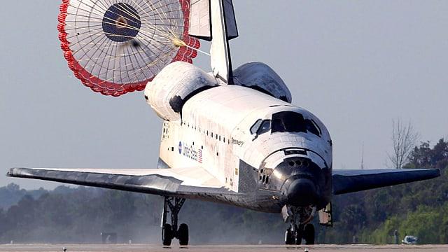 Das Space Shuttle öffnet bei der Landung einen grossen Bremsschirm.