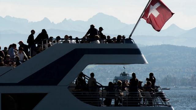 Zürichsee-Schiff vor Bergkulisse