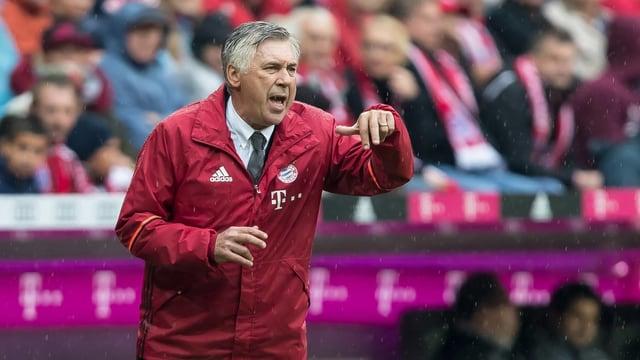 Carlo Ancelotti gibt Anweisungen.