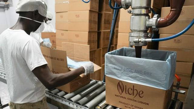 Die lokale Firma Niche Cocoa in Tema stellt täglich bis zu 60 Tonnen Kakaomasse her.