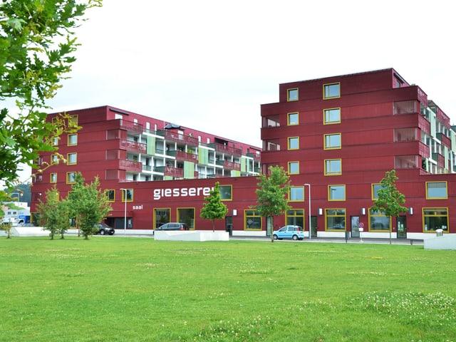 Fassade der zwei sechstöckigen Wohnhäuser