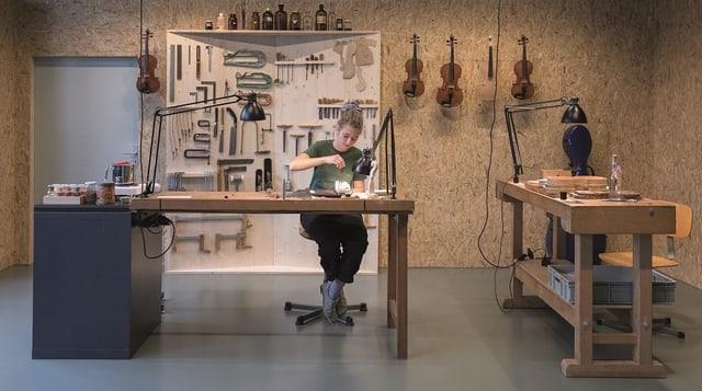 Ein Foto der Gastwerkstatt mit Lernenden der Geigenschule Brienz.