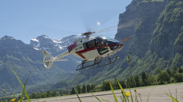 Ein Helikopter hebt ab