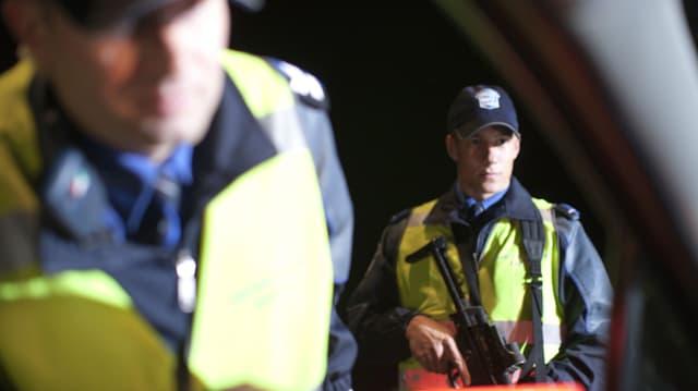 Polizisten bei einer Verkehrskontrolle