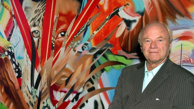 James Rosenquist vor einer collageartigen Malerei.