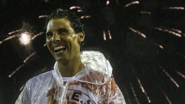 Nadal lacht, im Hintergrund wird ein Feuerwerk gezündet.