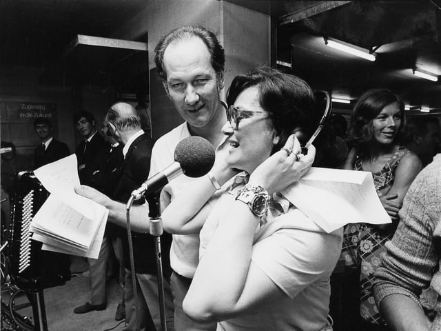 Ueli Beck und Elisabeth Schnell am Mikrofon.