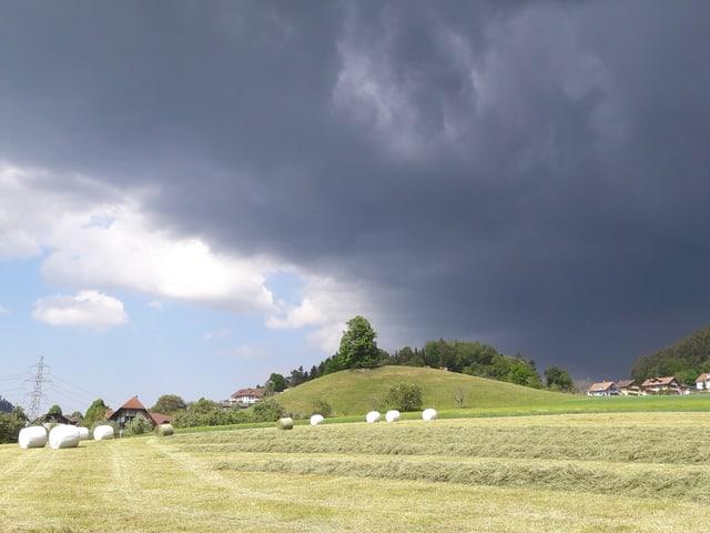 Dunkle Gewitterwolke zieht auf.