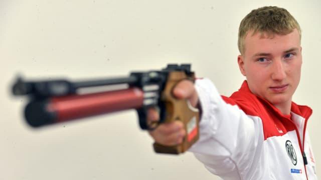 Mann mit grosser Pistole