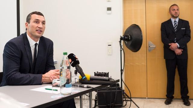 Wladimir Klitschko sitzt in einem Hörsaal an der Uni St. Gallen.