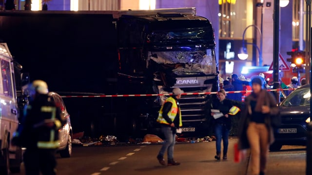 Der schwarze Scania steht auf der Budapester Strasse.