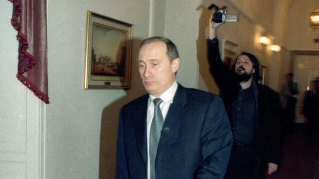 Ein Foto von Putin. Im Hintergrund: Filmemacher Vitaly Mansky.