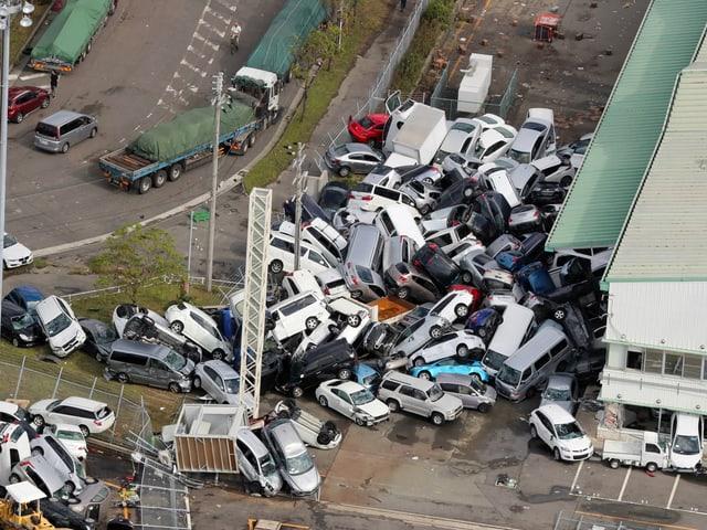 Autos liegen übereinander.