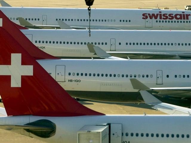 Mehrere Maschinen der damaligen Swissair stehen am Boden.