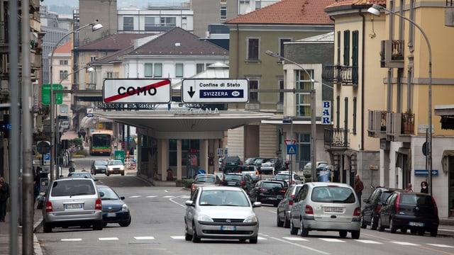 Die Grenze zwischen Italien und der Schweiz, einige Autos wollen die Grenze zur Schweiz passieren.