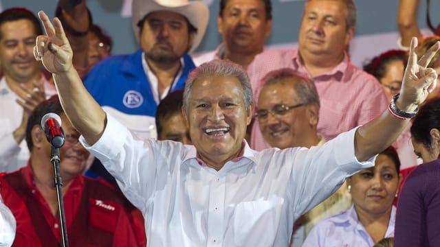Sánchez Cerén in Siegerpose vor seinen Anhängern.