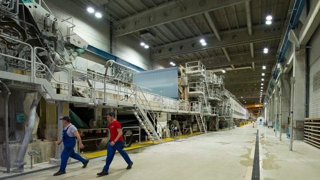 Grosse Maschine in einer grossen Halle.