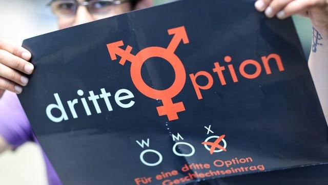 Frau mit Plakat, beschriftet mit «dritte Option».