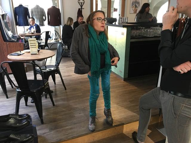 Jasmin Rechsteiner in ihrem Lieblingsrestaurant, in ein Gespräch vertieft