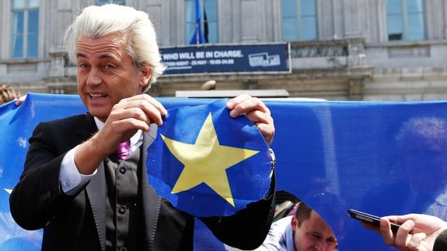 Geert Wilders hält den niederländischen Stern der EU-Flagge in die Höhe