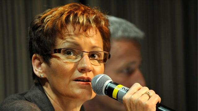 Regierungspräsidentin Sabine Pegoraro mit einem Mikrofon in der Hand