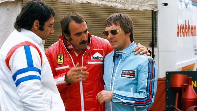Clay Regazzoni (Mitte) mit Bernie Ecclestone (rechts) 1975, ganz links Carlos Pace.