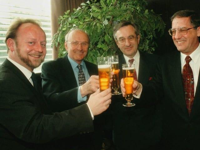 De Buman prostet mit Bier