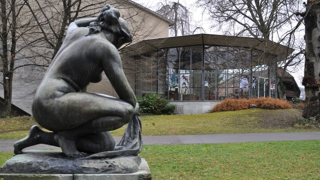 Eine Statue vor einem Glasanbau