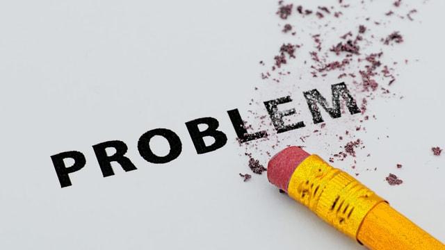 Bleistift mit Gummi radiert das Wort Problem aus.